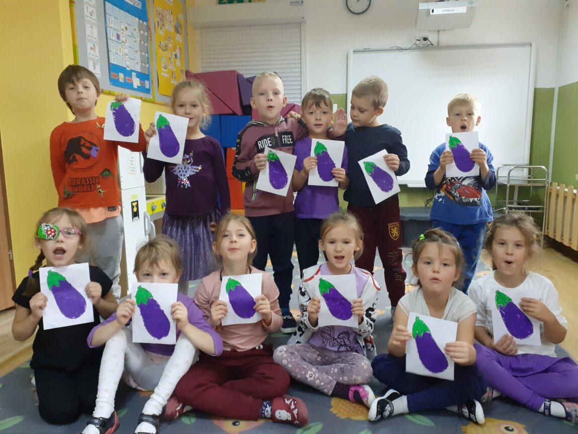Dzień koloru fioletowego + budowle z klocków – wafli, wykonane przez dziewczynki z naszej grupy